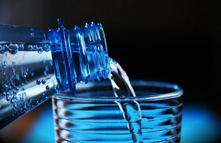 Эксперты объяснили, что должно быть написано на этикетке полезной воды