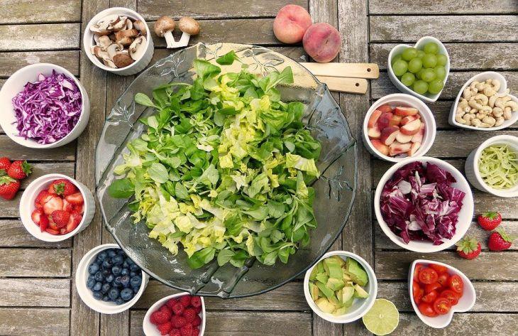 Простой овощной салат из полезных продуктов: понравится всей семье
