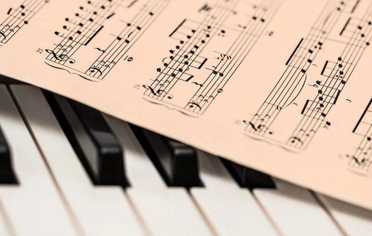 Ученые рассказали, какая музыка спасает от переедания