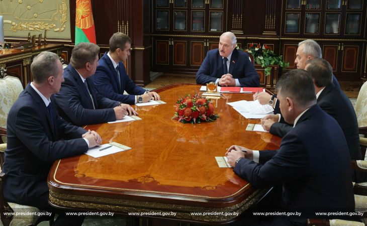 Лукашенко высказался о женах футболистов, которые от безделья «тычут в айфоны» и поддерживают БЧБ