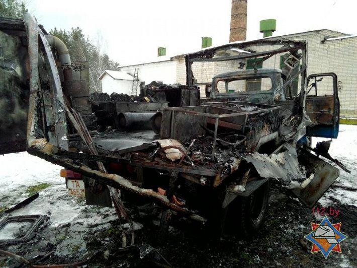 Cотрудники экстренных служб потушили горевший автофургон вОсиповичском районе