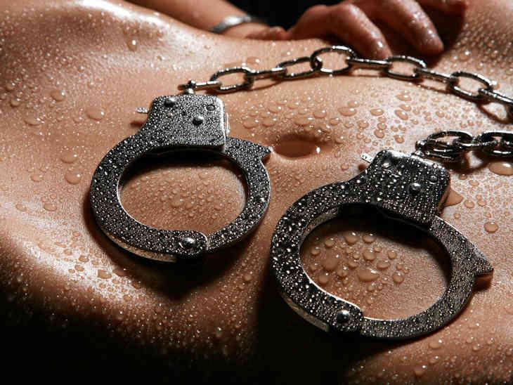 нашёл красивые фото в наручниках мамок ещо видали