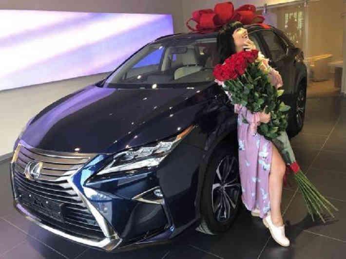 «Заслужила»: Нелли Ермолаева получила в подарок от мужа дорогую иномарку