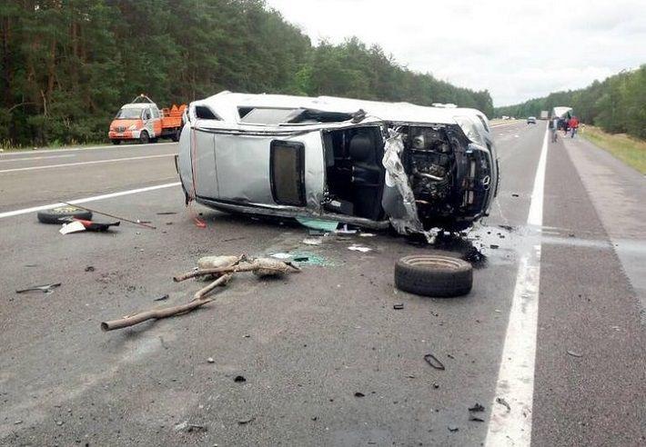 На М1 Mercedes врезался в ГАЗ: водитель уснул за рулем