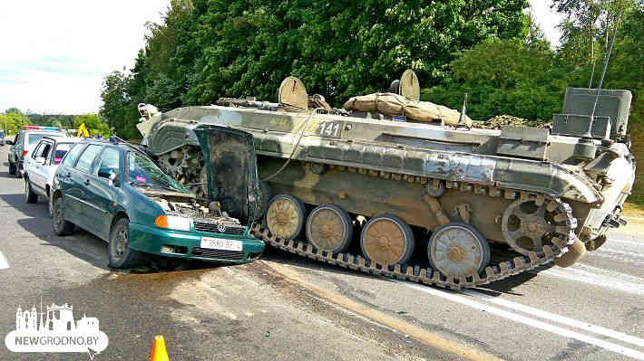БМП раздавила легковушку возле Гродно