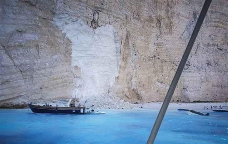 В Греции скала рухнула на пляж с туристами
