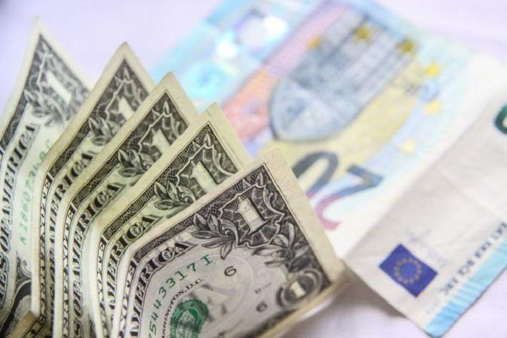 Официальный курс доллара снизился на74 копейки, евро— на81
