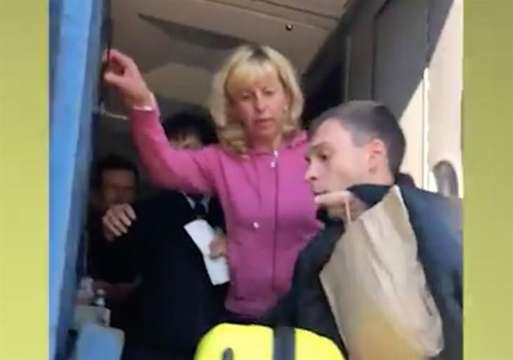 Глава поезда вытолкала пассажира извагона находу