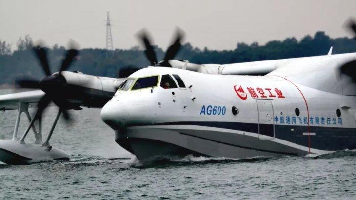 Крупнейший вмире самолет-амфибия впервые взлетел своды