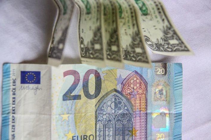 ЦБ поднял  курсы доллара иевро навторник
