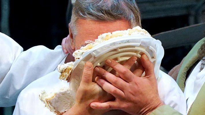 Ефремов получил тортом влицо прямо вовремя спектакля