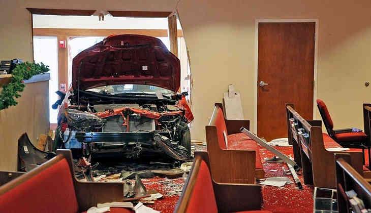 ВСША автомобиль протаранил строение церкви вовремя воскресной службы