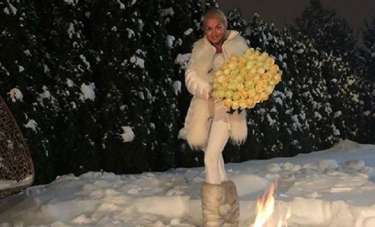Картинки по запросу Фото голой Анастасии Волочковой в пушистом снегу