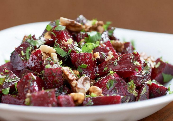 Red salad with walnuts