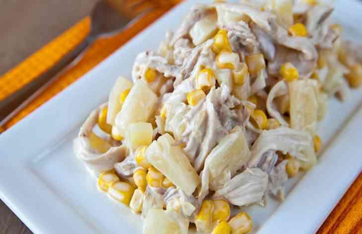 Вкусный салат с курицей и ананасом