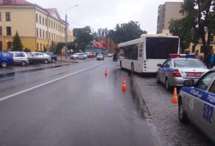 В Гродно автобус переехал пенсионера, который не успел зайти в салон