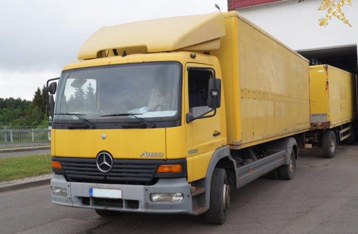 В Беларусь перевозчик пытался ввезти два японских авто, спрятав их в своем грузовике