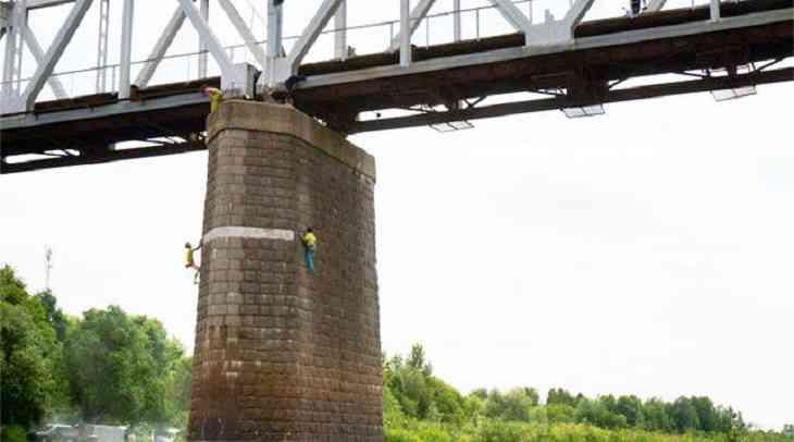 Скалолазы на мосту. В Гомеле поймали парней, зависавших над Сожем