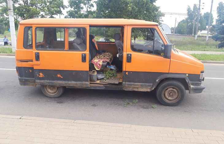 В Заславле милиция задержала микроавтобус: за рулем пьяный, в салоне наркотик