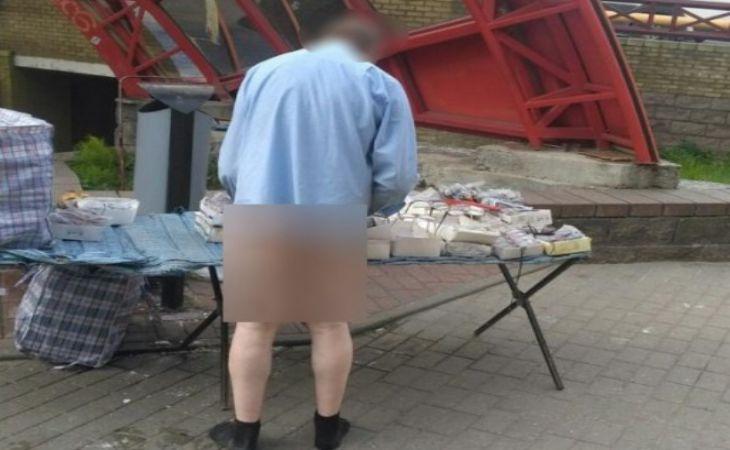В Гродно мужчина на рынке продавал очки ... без штанов