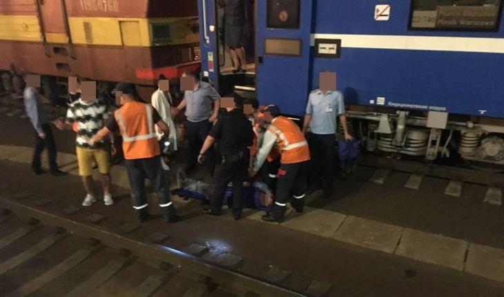 На ЖД вокзале в Бресте человек застрял между путями и платформой