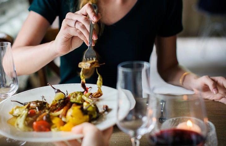 Эксперты назвали 6 наиболее опасных для здоровья привычек после еды
