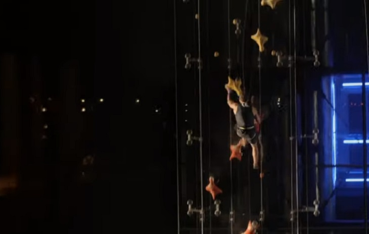 Человек забрался на 23-метровую стену за 12 секунд и победил лифт