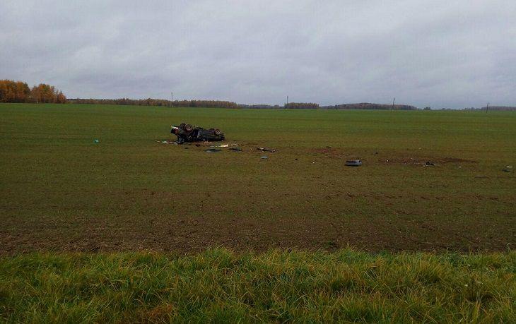 Перевернутый автомобиль в поле, обломки и вещи разбросаны. Под Дрибином произошла жесткая авария