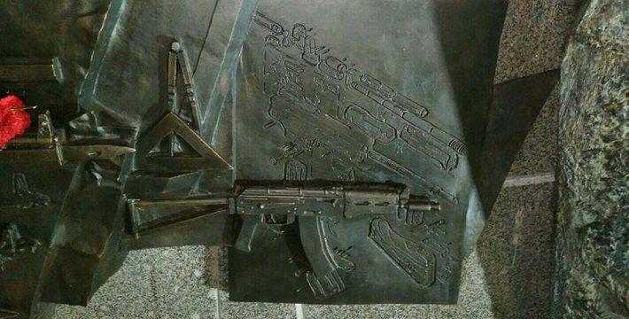 Милиция отпустила снявших фрагмент монумента Калашникову рабочих