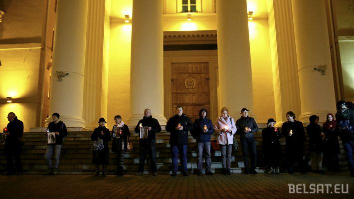 Статкевич проводит акцию памяти расстрелянных поэтов у здания КГБ?