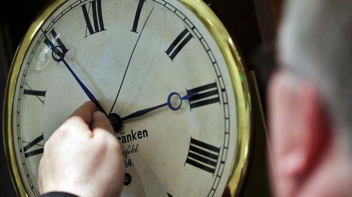 Зимнее время: ряд страны переводят стрелки часов