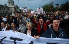 В Сербии десятки тысяч людей протестуют против избранного президента