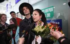 В Минске поклонники встретили Naviband с цветами и песней