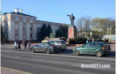 В Бресте неизвестные на площади облили памятник Ленина красной краской
