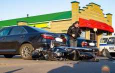 Видеофакт: сбитый байкер протаранил припаркованные автомобили в Светлогорске