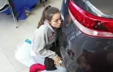 поцелуи с автомобилем