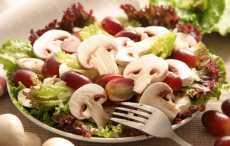 Салат с виноградом и шампиньонами