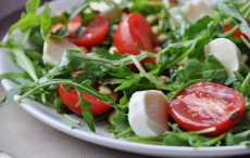 Салат с рукколой, томатами и авокадо