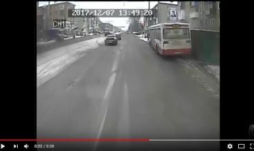В сети появилось видео, как в Перми автобус снес остановку с человеком