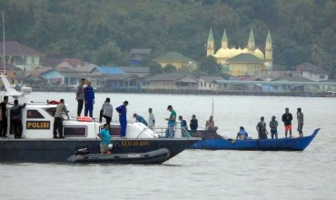 Десятки человек пропали без вести при крушения лодки в Индонезии